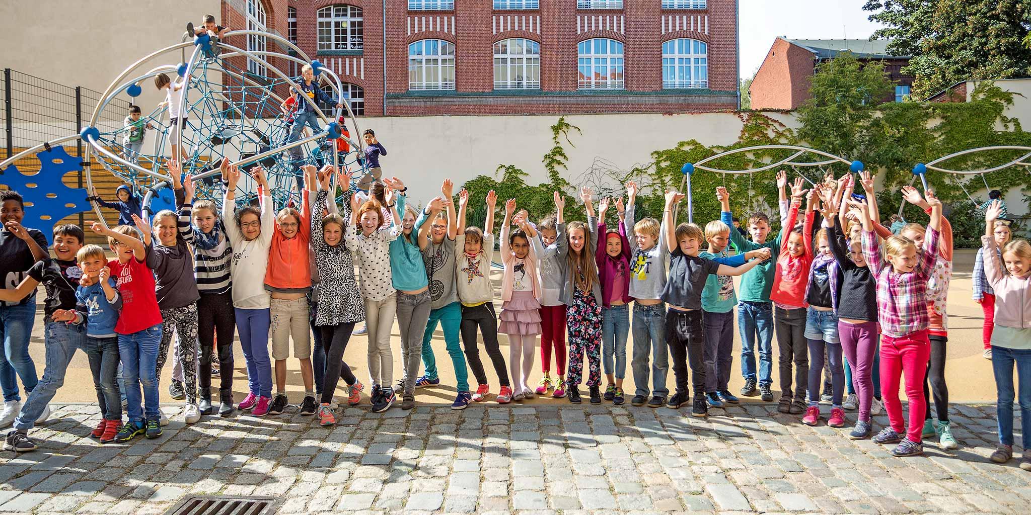 Eine Gruppe von fröhlichen SchülerInnen auf dem Schulhof