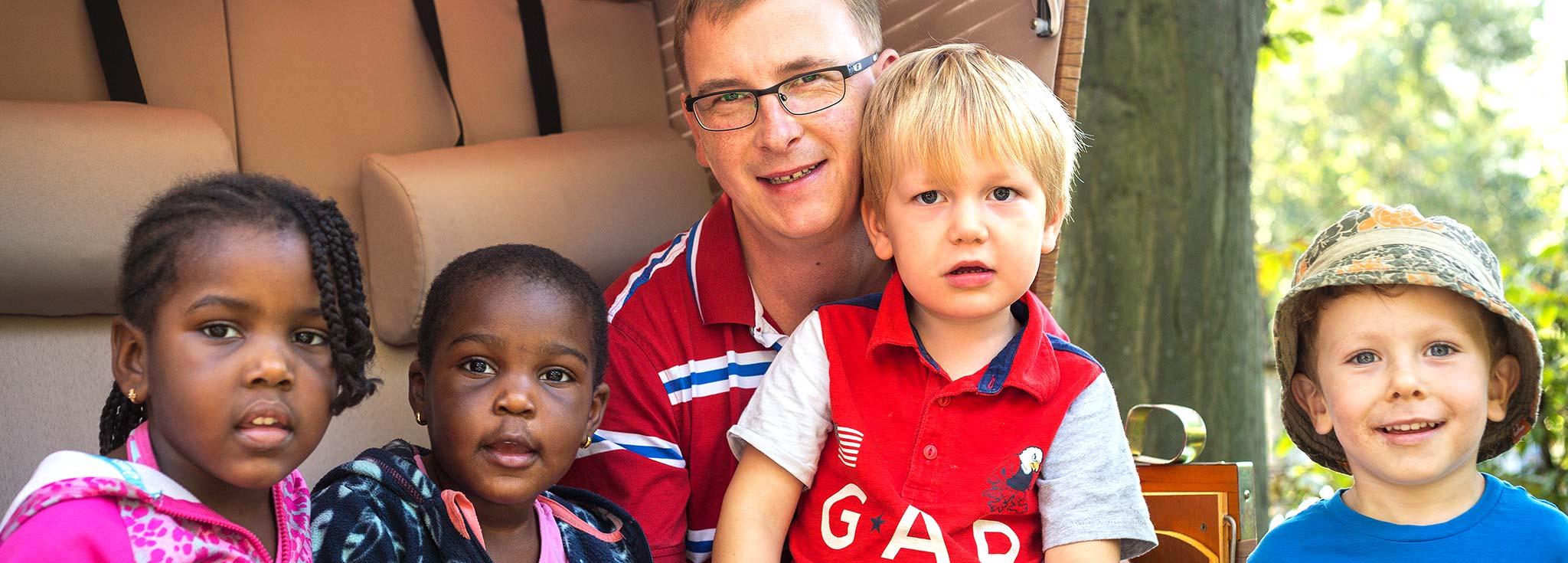 ein Erzieher mit Kindergartenkindern
