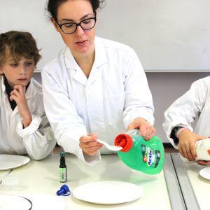 Kind und Lehrkraft im Labor