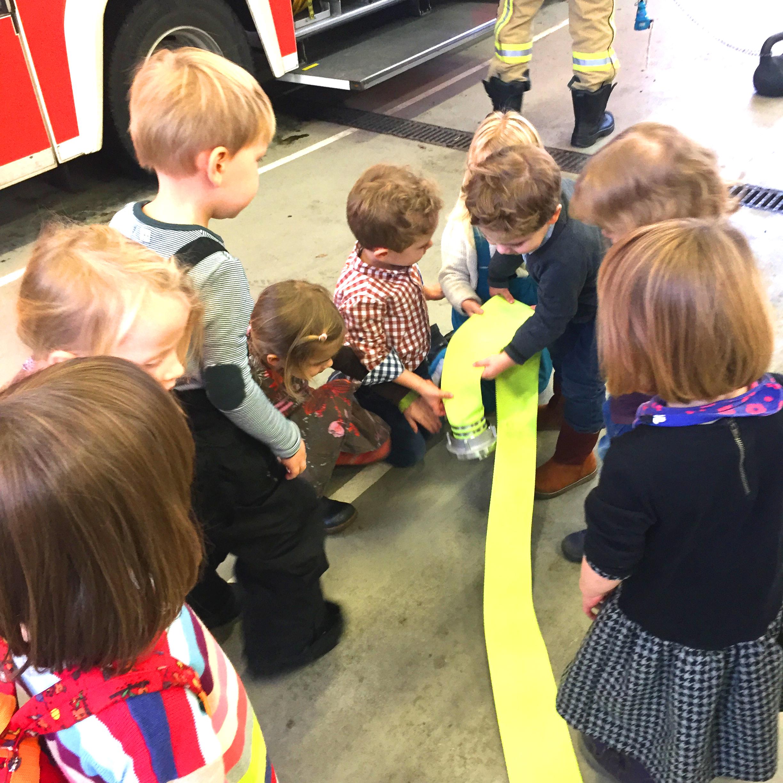 Kinder mit Feuerwehrschlauch