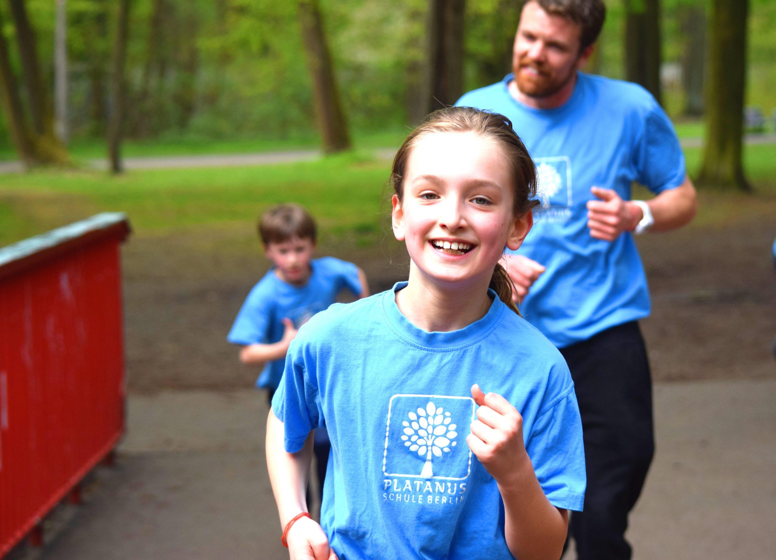 Kind rennt durch den Park
