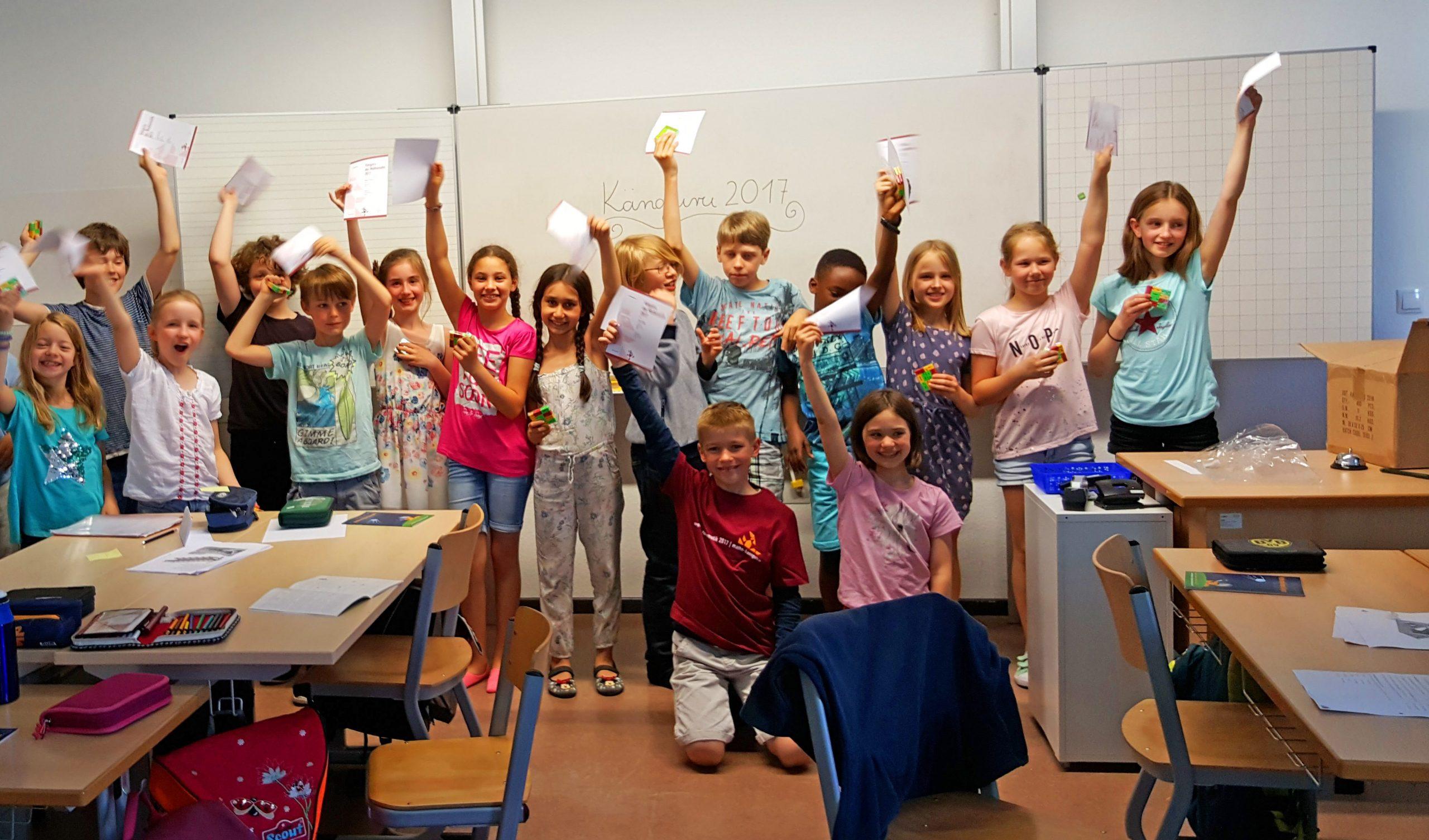 Kinder mit Sieger-Urkunden
