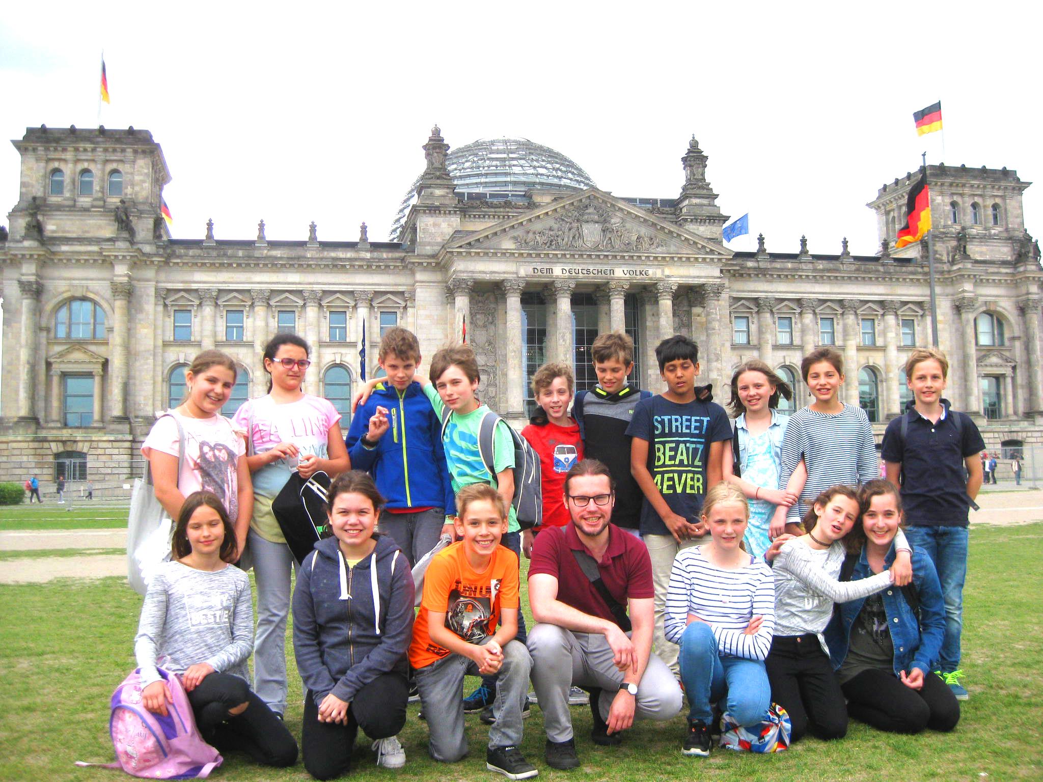 Kinder der 5. Klasse vor dem Reichstagsgebäude