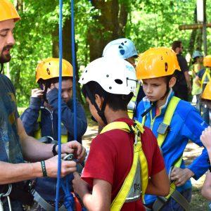 Jungs beim Klettern