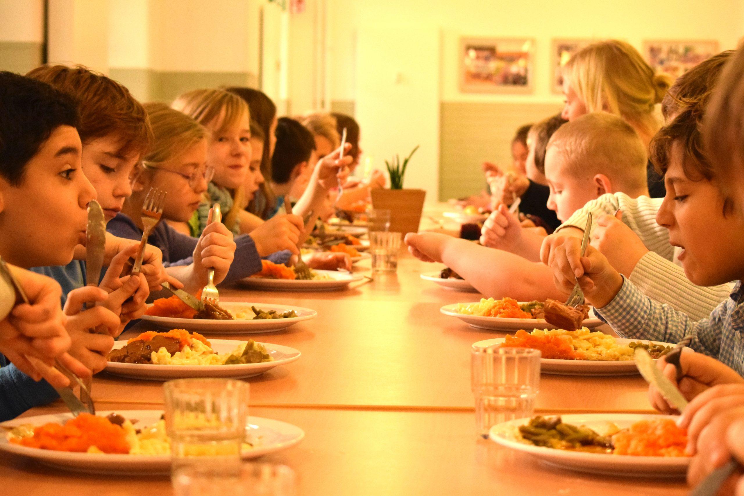 Kinder beim Truthahnbraten essen