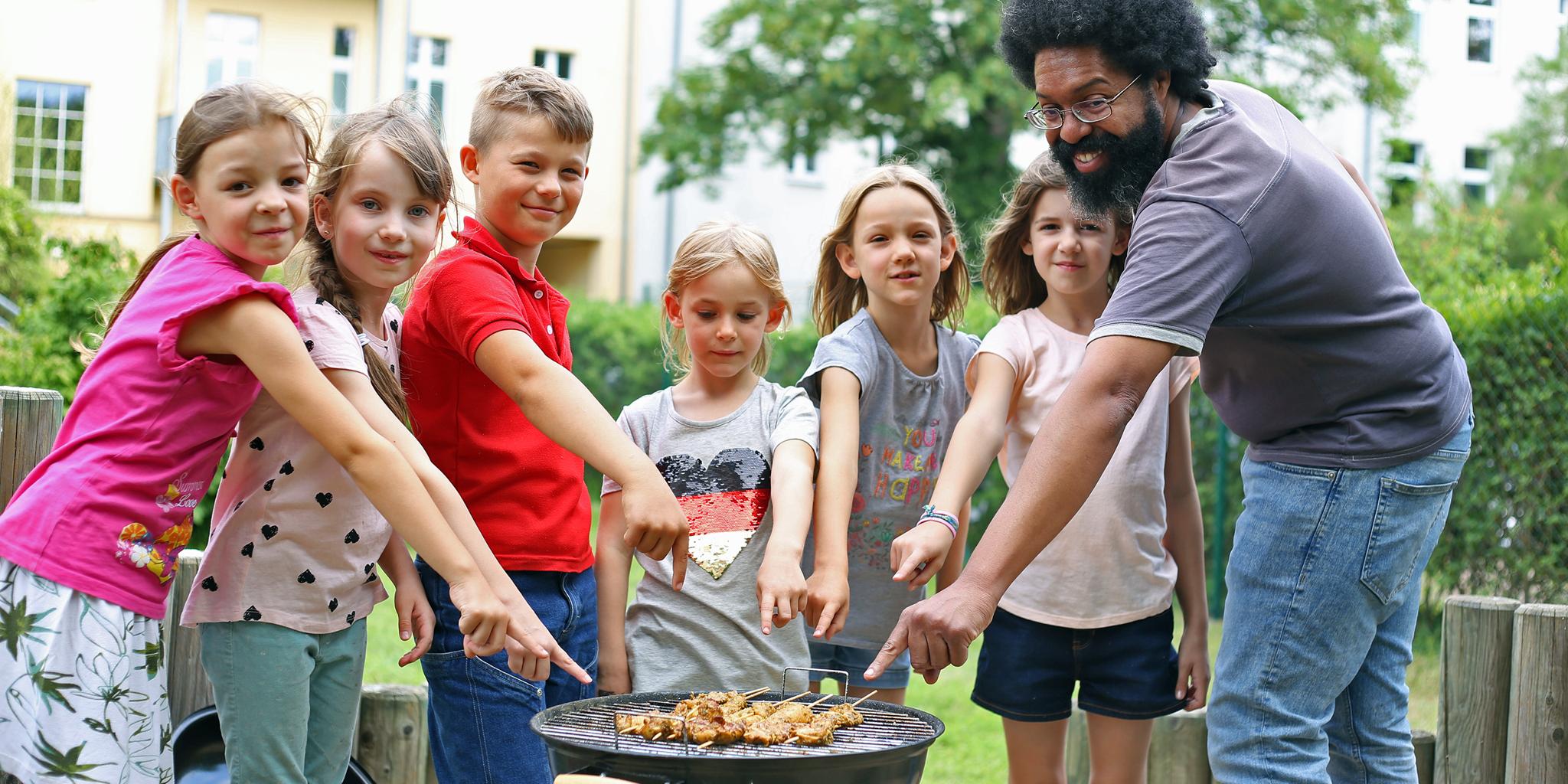 Erzieher und Kinder im Kochkurs