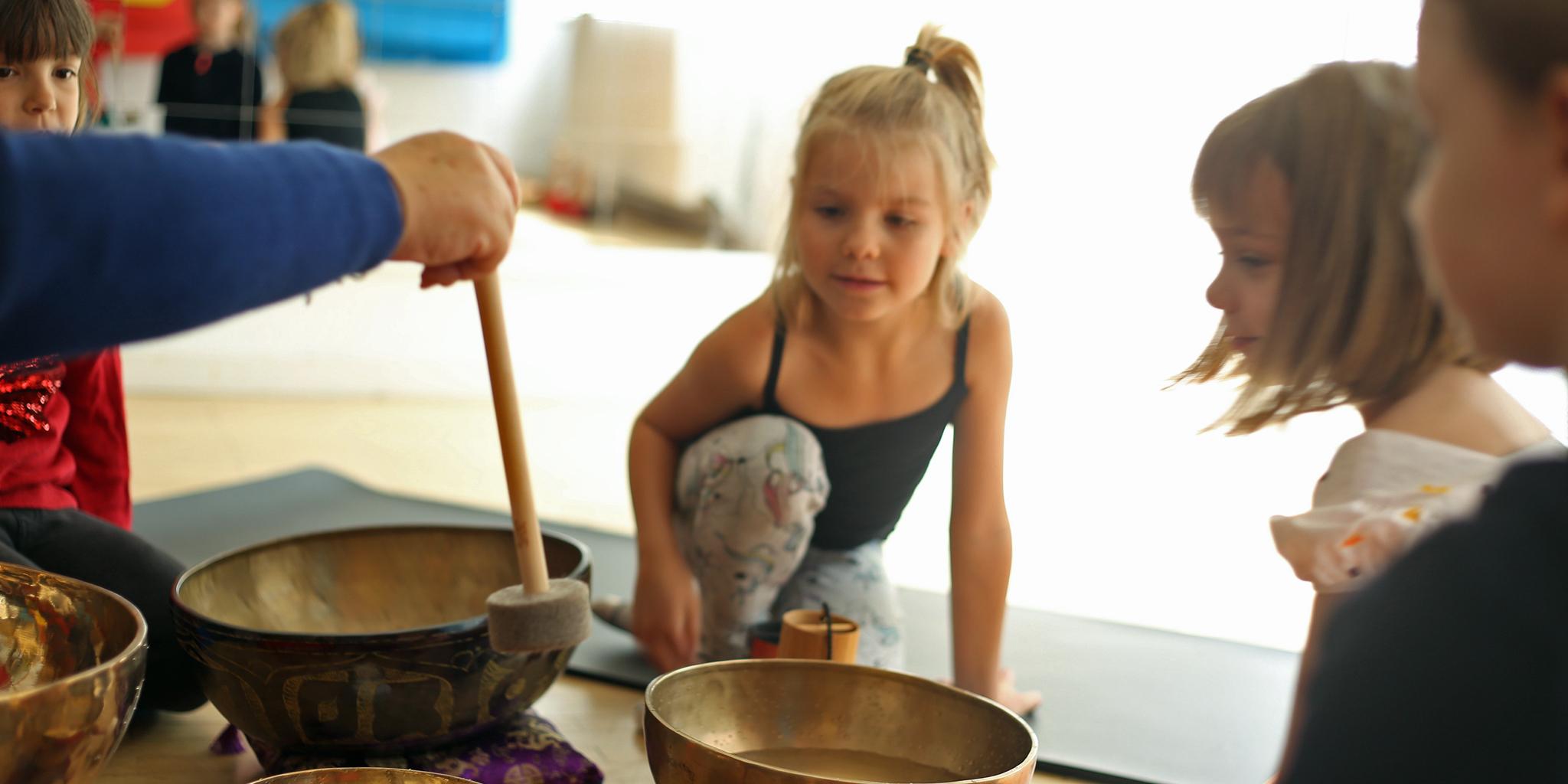 Kinder üben mit Klangschalen