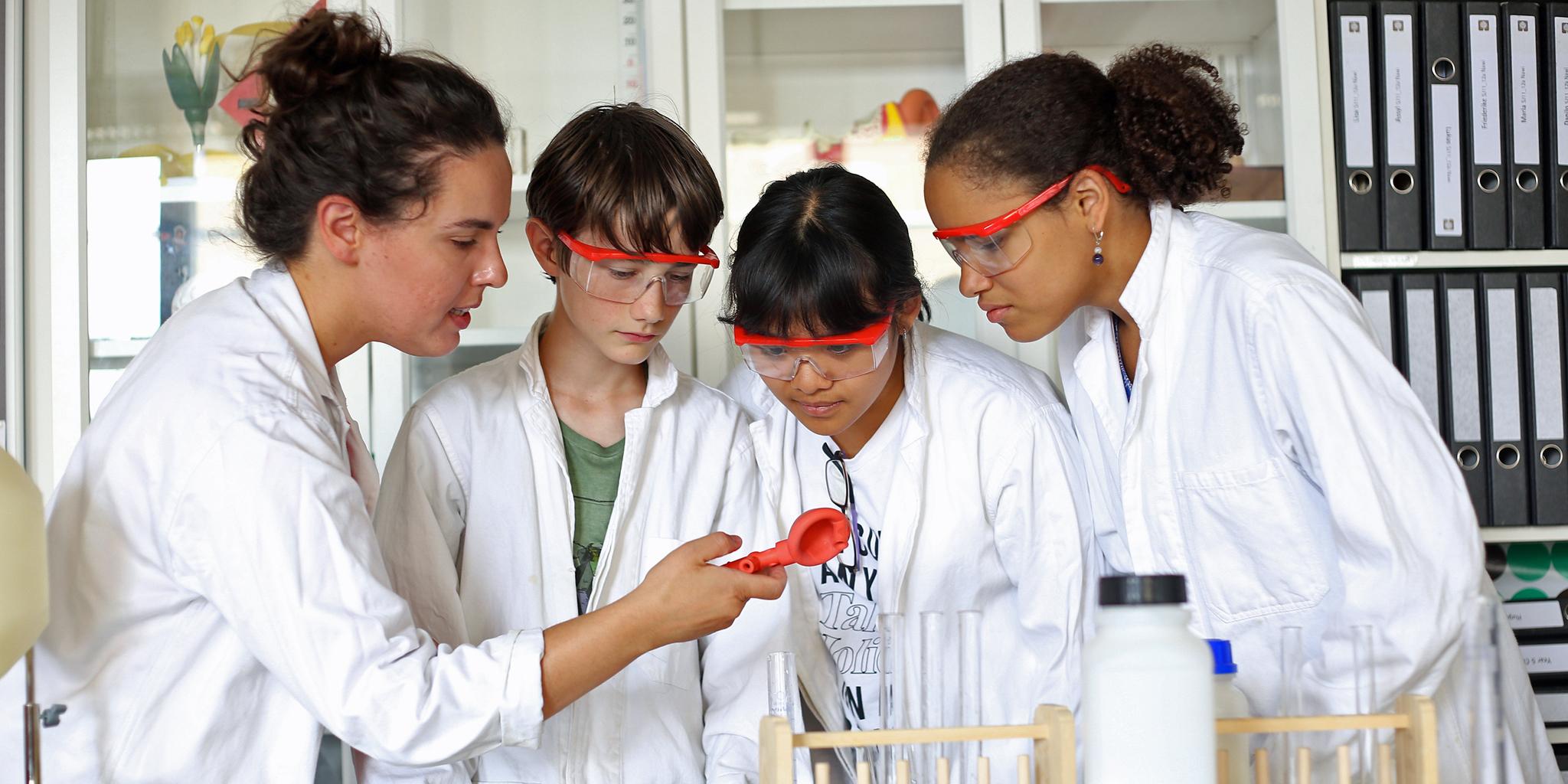 Schülerinnen und Schüler beim Experimentieren