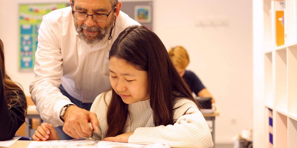 Unterricht mit Lehrer und Schülerin