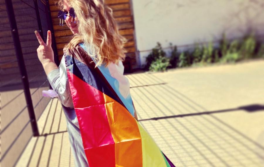Frau mit Progress-Flagge