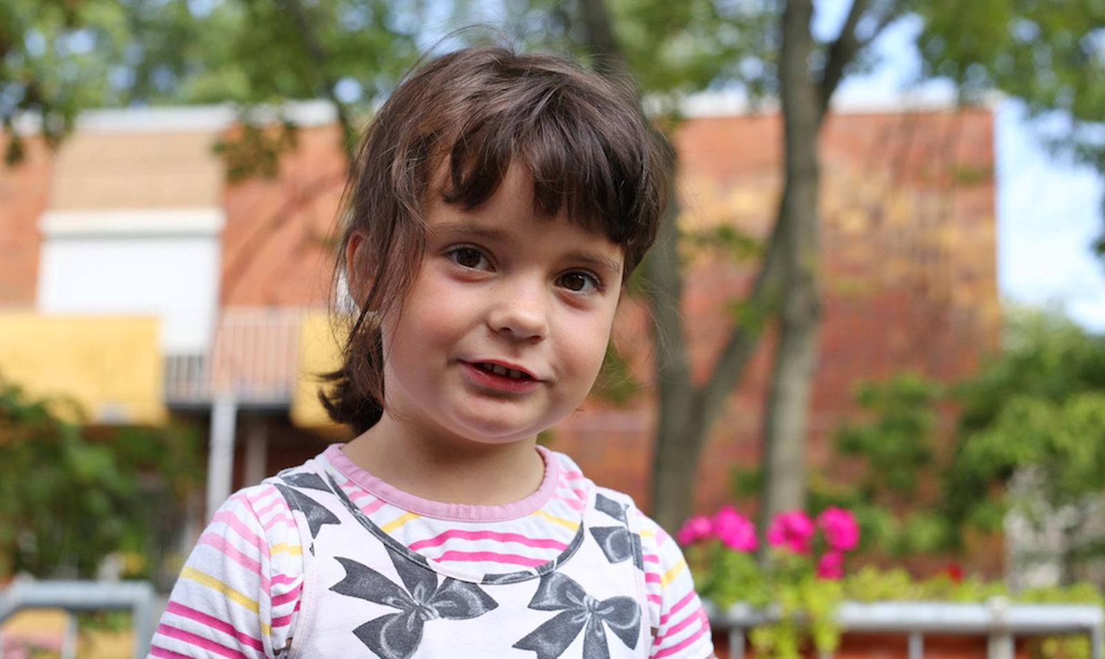 Kind im Garten vom Kindergarten