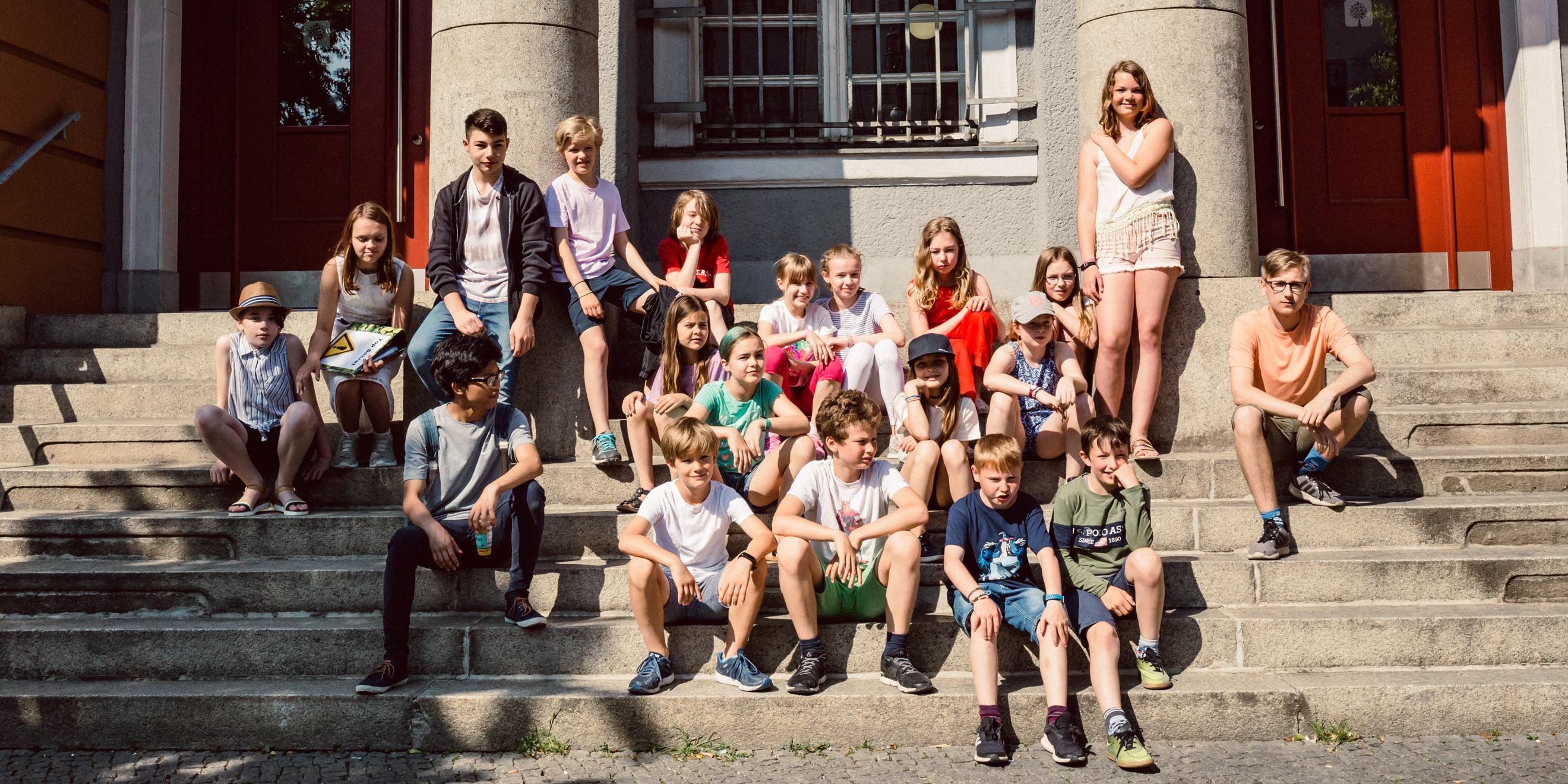 Schülergruppe vor der Schule